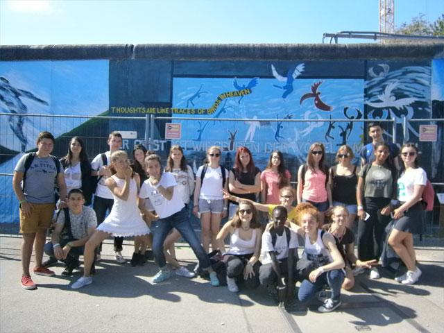 groupe d'adolescents en voyage en colonie de vacances itinérante cet été