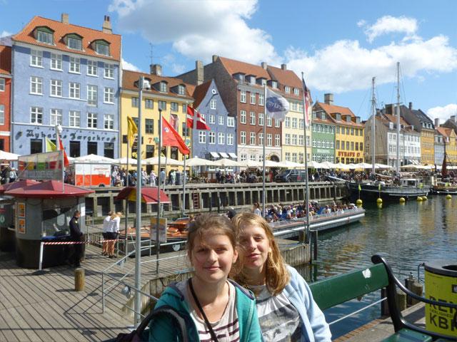 Deux jeunes filles en voyage en Europe cet été en colonie de vacances itinérante