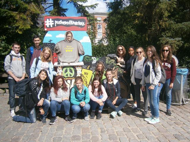 groupe d'adolescents en colonie de vacances en Europe cet été