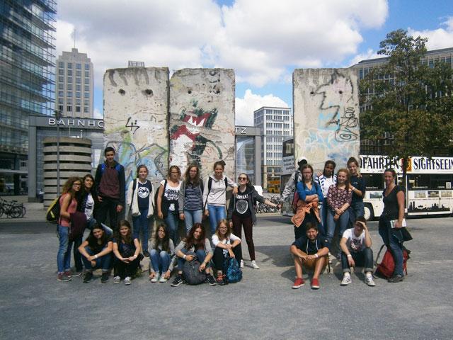 groupe d'adolescents en colonie de vacances itinérante sur mesure en Europe cet été
