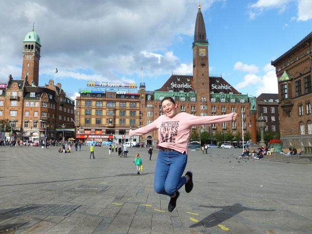 Adolescente qui visite une capitale européenne cet été en colonie de vacances itinérante sur mesure