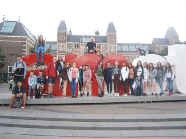 Groupe d'adolescents en colonie de vacances d'été dans les capitales européennes