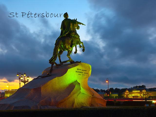 Statue de Saint petersbourg en colonie de vacances d'été pour ados
