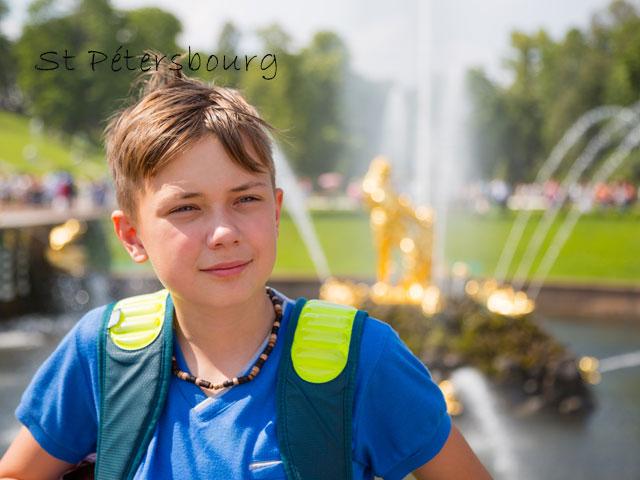 Adolescent en colonie de vacances à Saint Petersbourg cet été