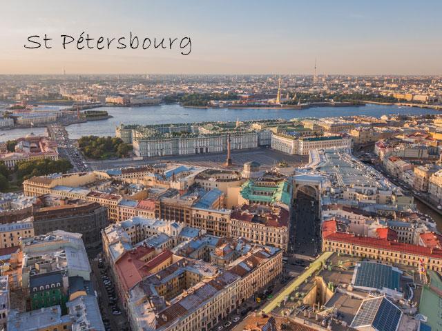 Vue sur la ville de Saint petersbourg en colonie de vacances cet été
