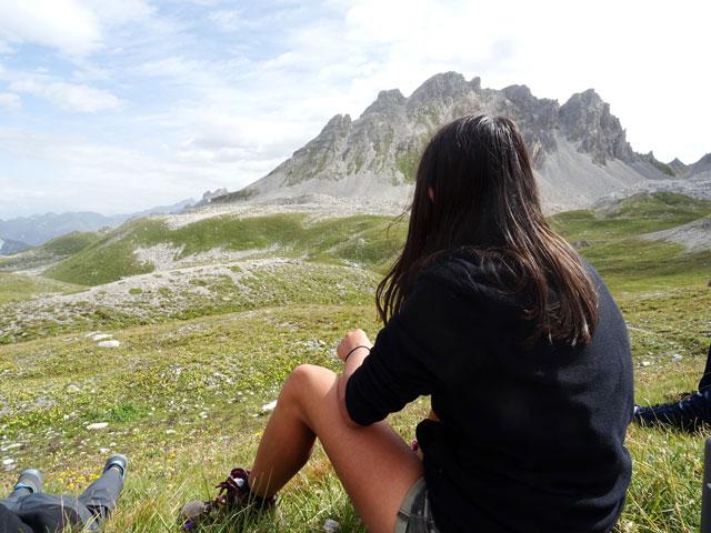 Jeune fille observant la nature à Courchevel en colonie de vacances