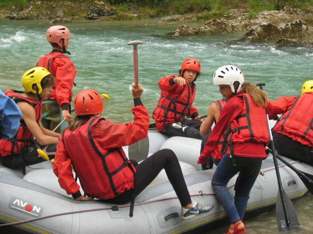 Adolescents faisant du rafting en colonie de vacances à la montagne