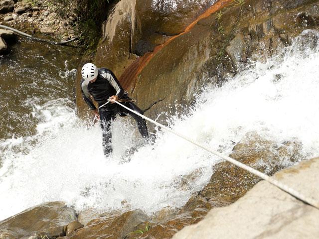 Adolescent faisant du canyoning en colonie de vacances