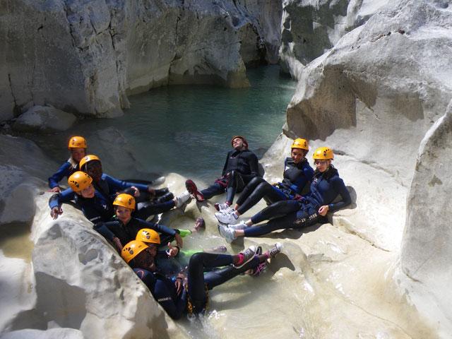 Groupr d'ados faisant du canyoning en colonie de vacances