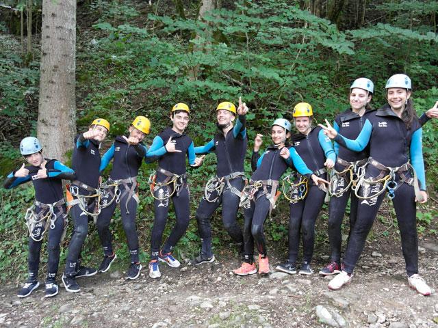 Groupe d'ados en tenue de canyoning en colonie de vacances à la montagne