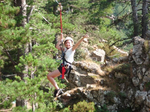 Enfant faisant de la tyrolienne en colonie de vacances été
