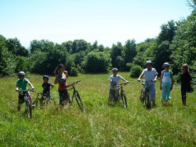 Adolescents et enfants en randonnée à vélo en colonie de vacances d'été à courchevel