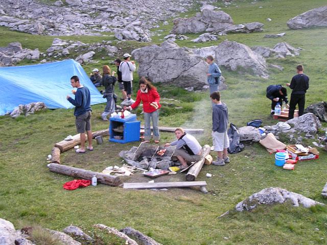 Adolescents autour d'un barbecue en colonie de vacances à la montagne à courchevel