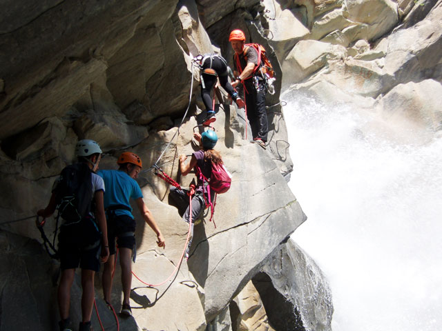 Enfants faisant de la via ferrata en colonie de vacances d'été