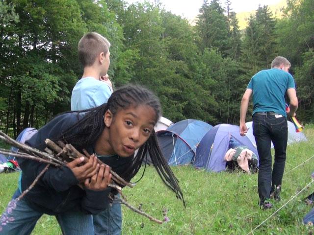 Enfants préparant le camp de colonie de vacances d'été