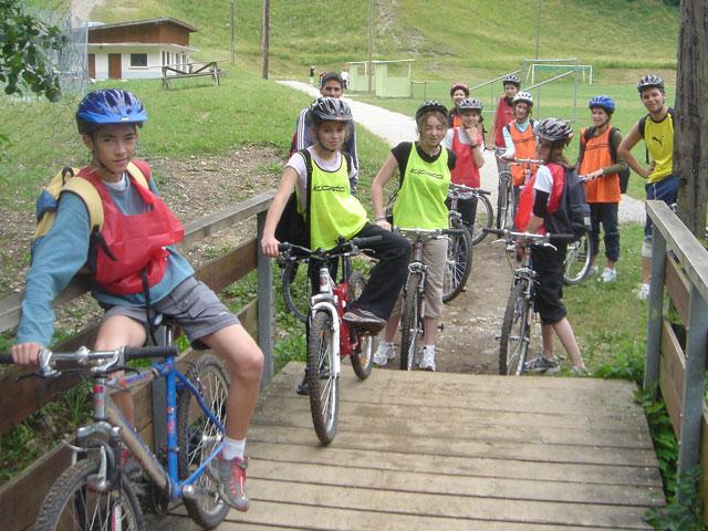 Groupe d'enfants à vélo en colonie de vacances montagne