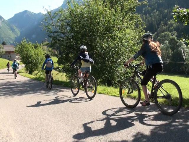 Enfants et adolescents à vélo en colonie de vacances été