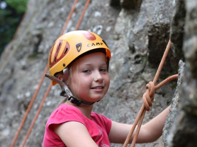 Portrait d'une fillette équipé d'un casque d'escalade en colonie de vacances