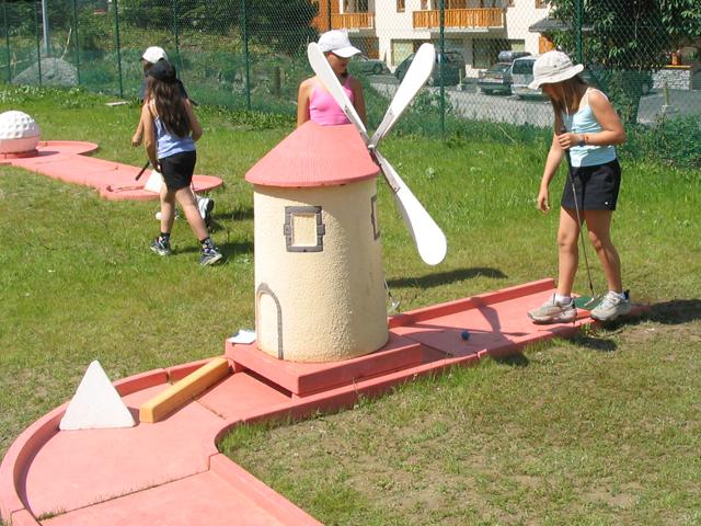 Enfants jouant au mini golf en colo été