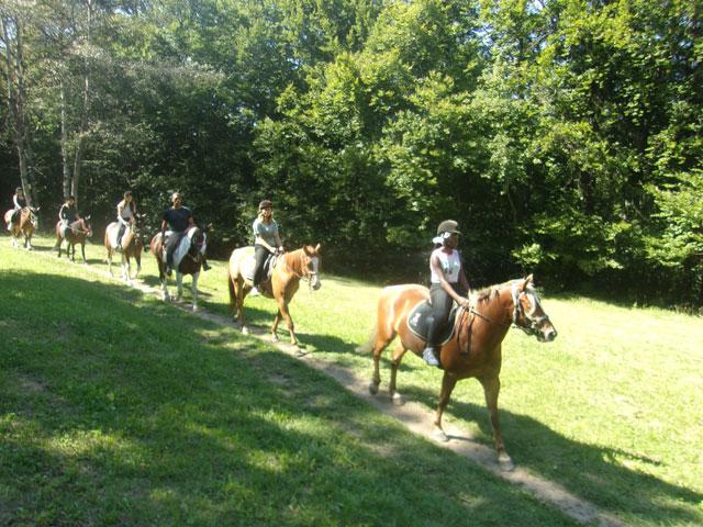 Groupe d'enfants à cheval en colo équitation montagne été