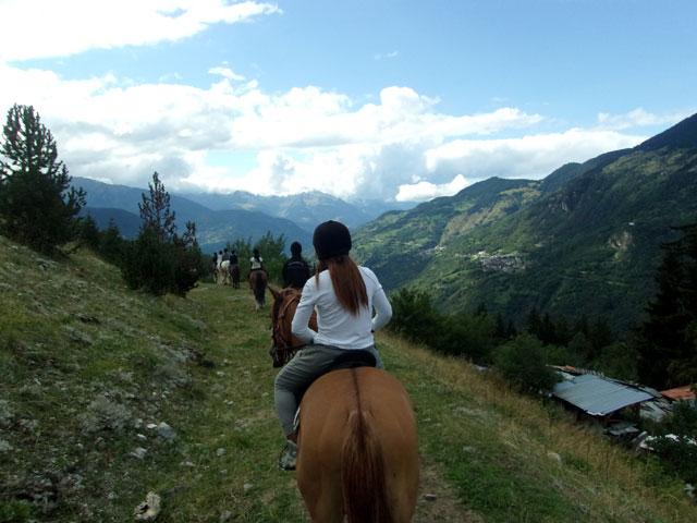Groupe d'ados faisant du cheval à la montagne