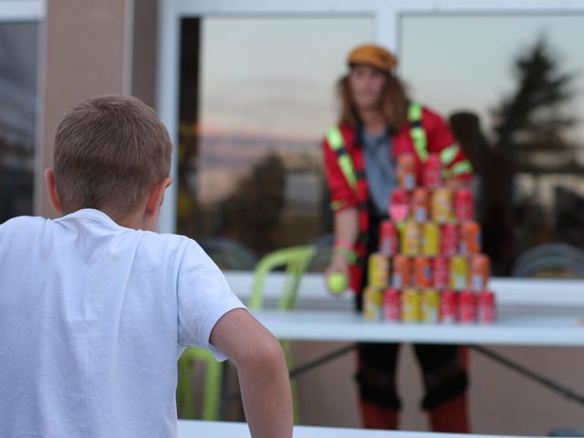 Enfant jouant à un jeu de kermesse en colonie de vacances d'été
