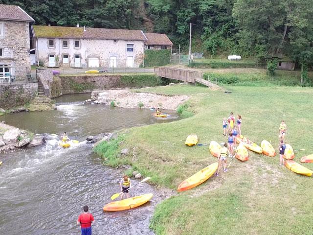 Enfants en colonie de vacances pratiquant le canoe kayak