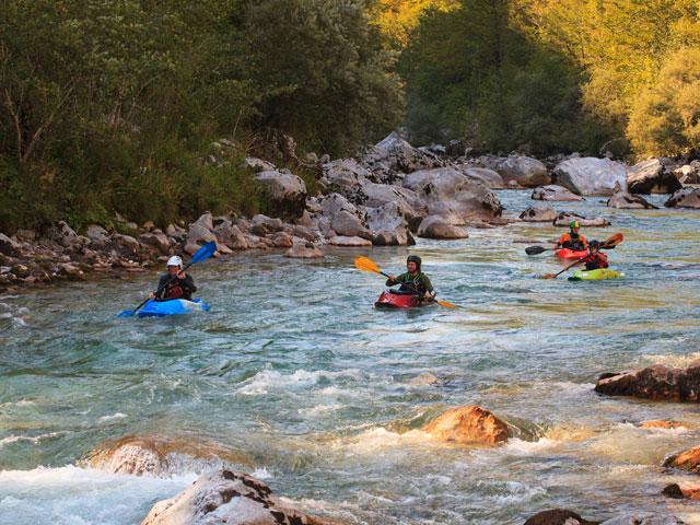 Ados et enfants pratiquant le canoe kayak en colonie de vacances