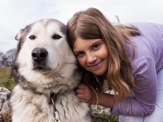 Portrait d'une jeune fille et son chien en colonie de vacances