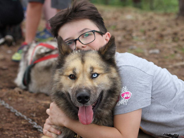 Enfant et son chien en canirando