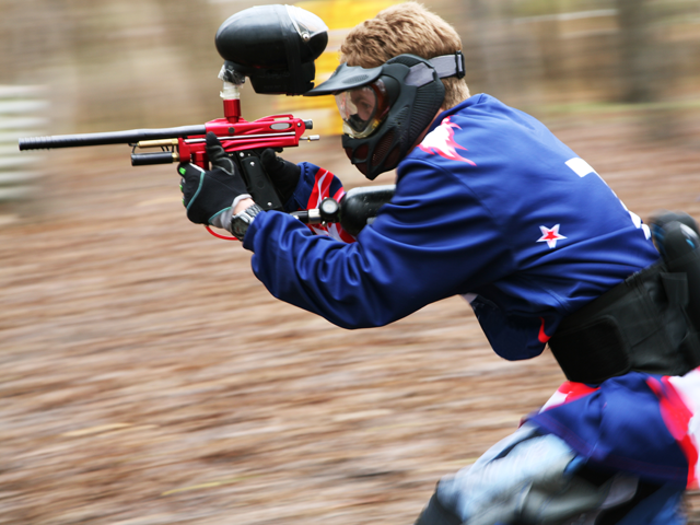 Adolescent jouant au paintball en colonie de vacances