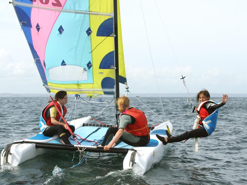 Enfants faisant du catamaran en colonie de vacances