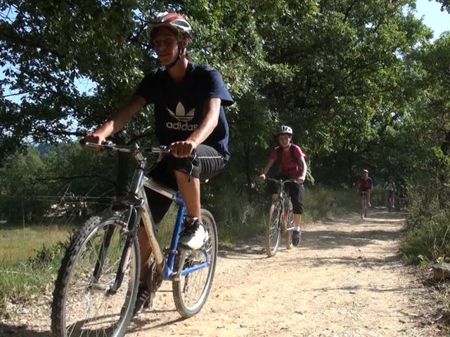 Enfant faisant du vélo en colonie de vacances d'été