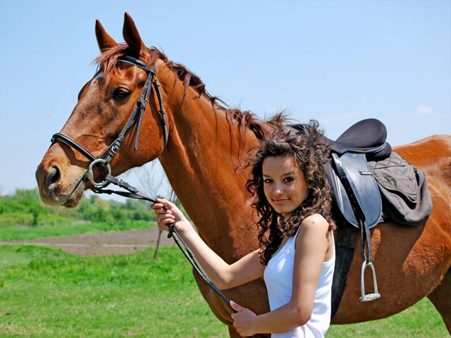 Portrait d'une ado avec son cheval de colonie de vacances équitation