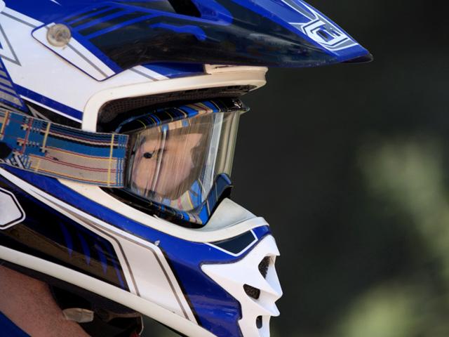 Portrait d'un jeune homme avec un casque en stage de sports mécaniques cet été