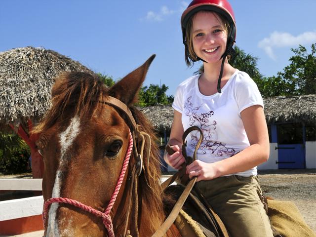 Adolescente sur son cheval en colo été