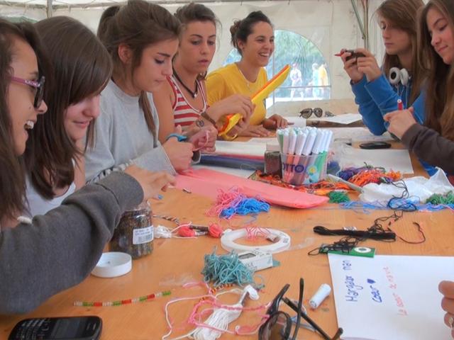 Enfants et adolescents pratiquant les activités manuelles en colonie de vacances