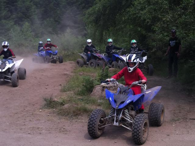 groupe d'ados faisant du quad en colonie de vacances cet été