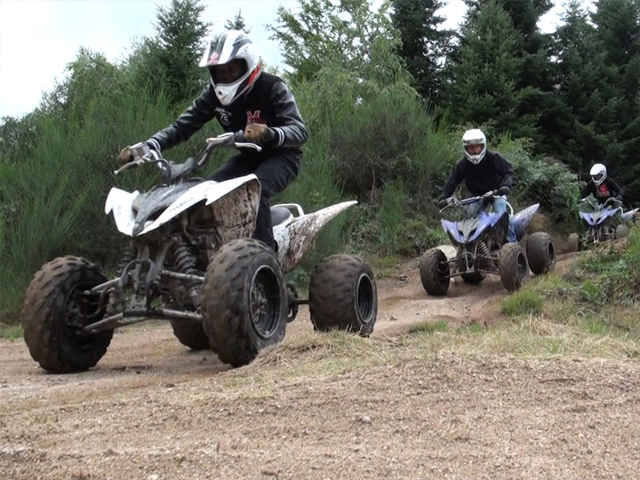 Adolescents faisant du quad en stage de sports mécaniques cet été