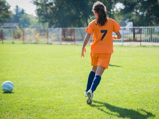 Jeune fille faisant du football en stage sportif à Yssingeaux