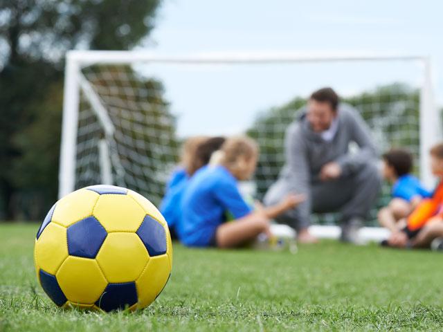 ballon de football sur un terrain de stage de football féminin de yssingeaux en été