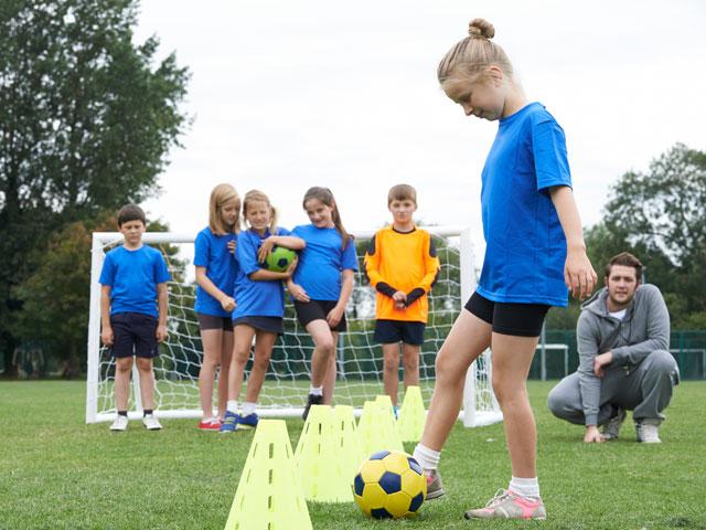 filles se perfectionnant au football féminin pendant les vacances d'été