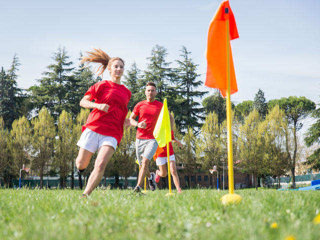 Ados faisant des entrainements sportifs de football pour l'été