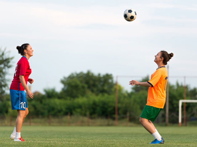 adolescentes s'entrainant au football durant un stage sportif de football féminin