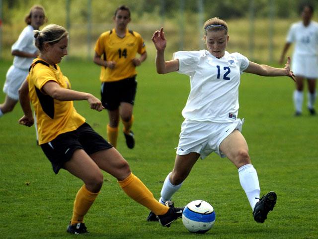 Jeunes filles en stage de football féminin pour se perfectionner