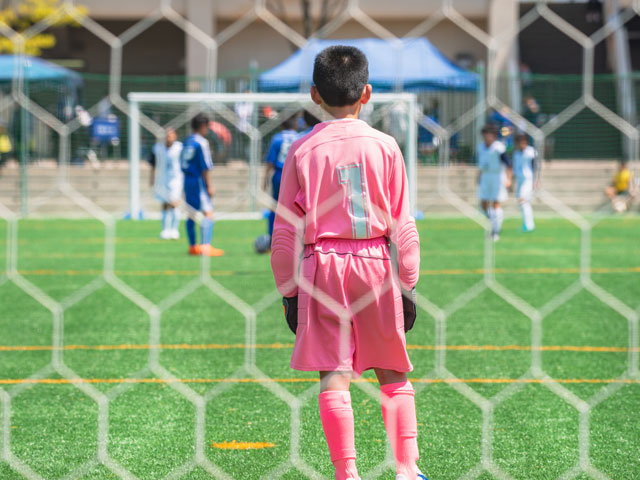 Enfants faisant du football en stage de foot cet été