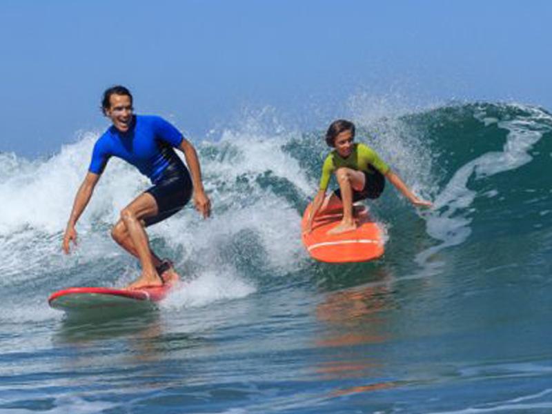 Ados faisant du surf cet été en colonie de vacances à Bali
