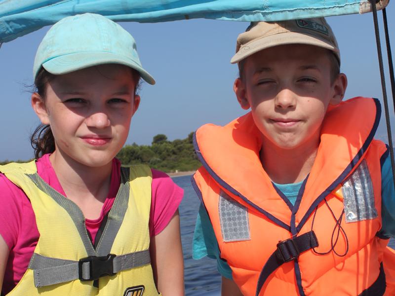 Portrait d'enfants portant un gilet de sauvetage en colo à la mer