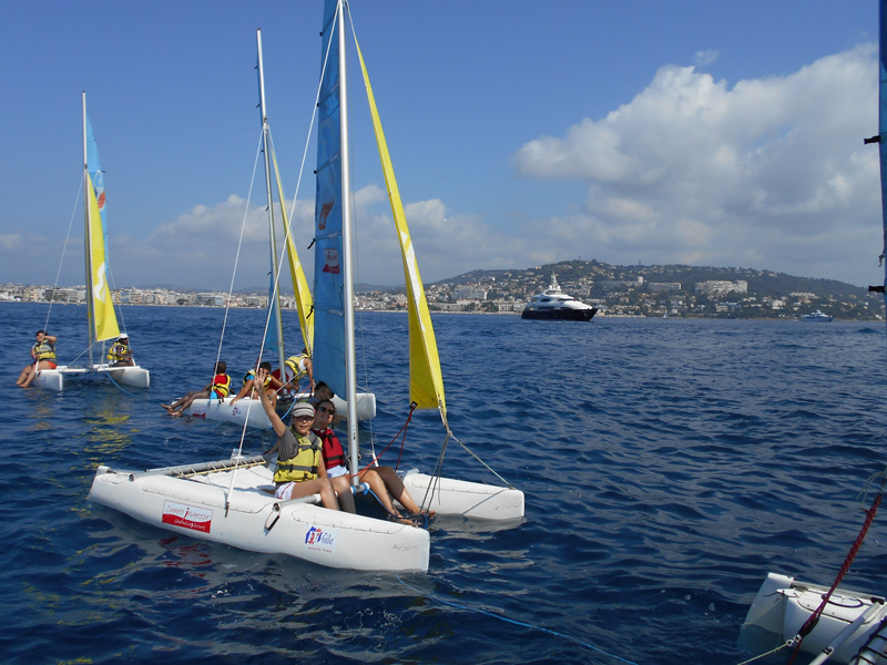 Groupes d'enfants en colo faisant du catamaran à la mer
