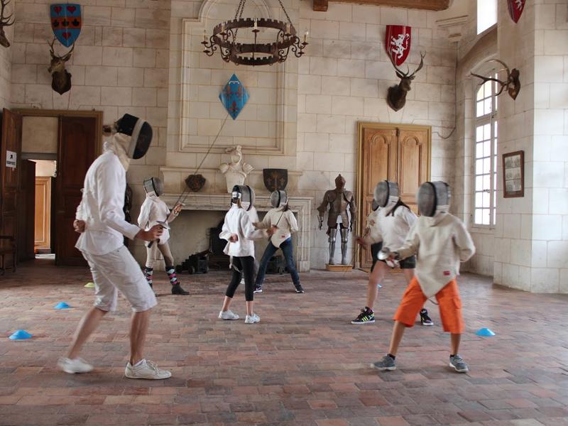 Ados jouant aux escrimes en colo au chateau de saint fargeau